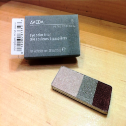 aveda_petal_essence_eye_color_trio_990_plum_mist.png